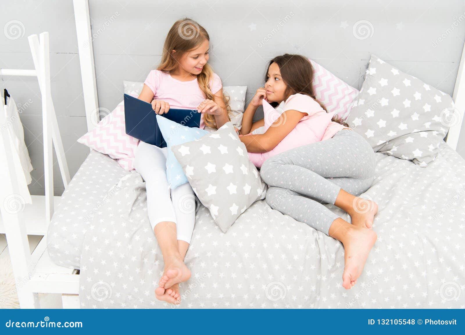 Ungar förbereder sig går att bädda ned Angenämt tidslags tvåsittssoffasovrum Pyjamasen för långt hår för flickor kopplar av den g
