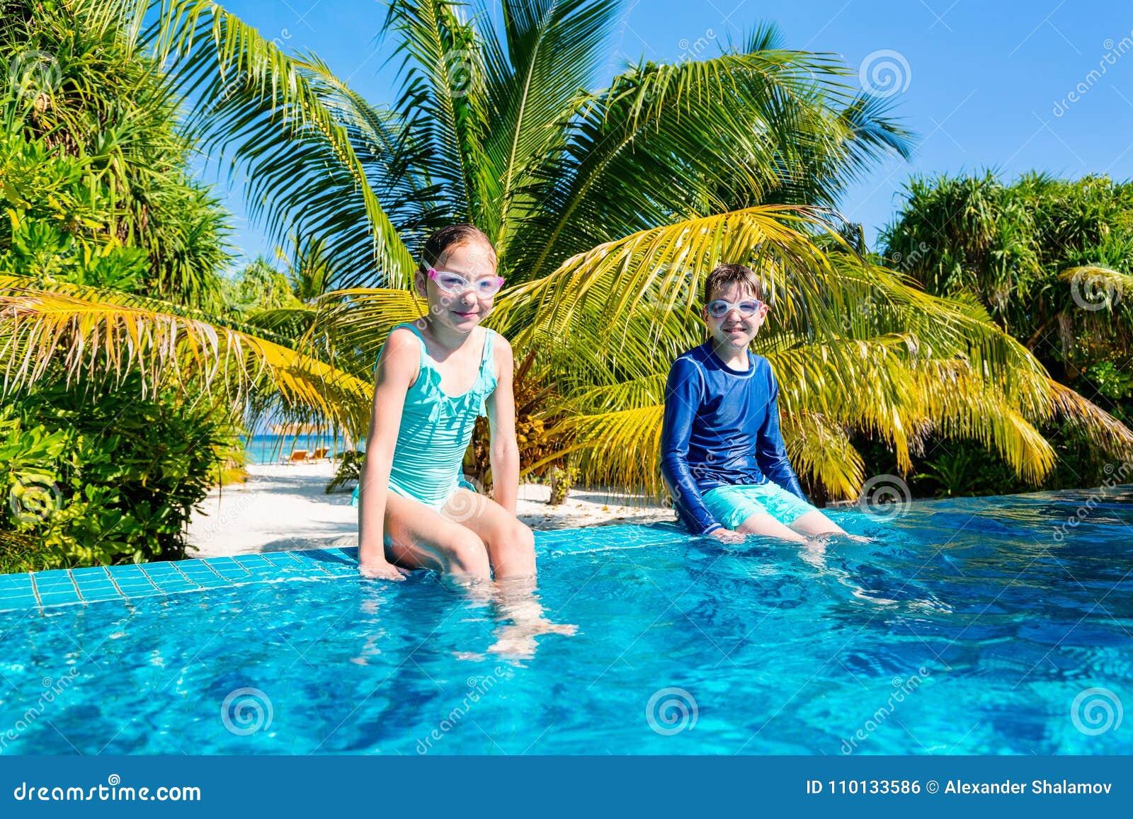 Ungar i simbassäng