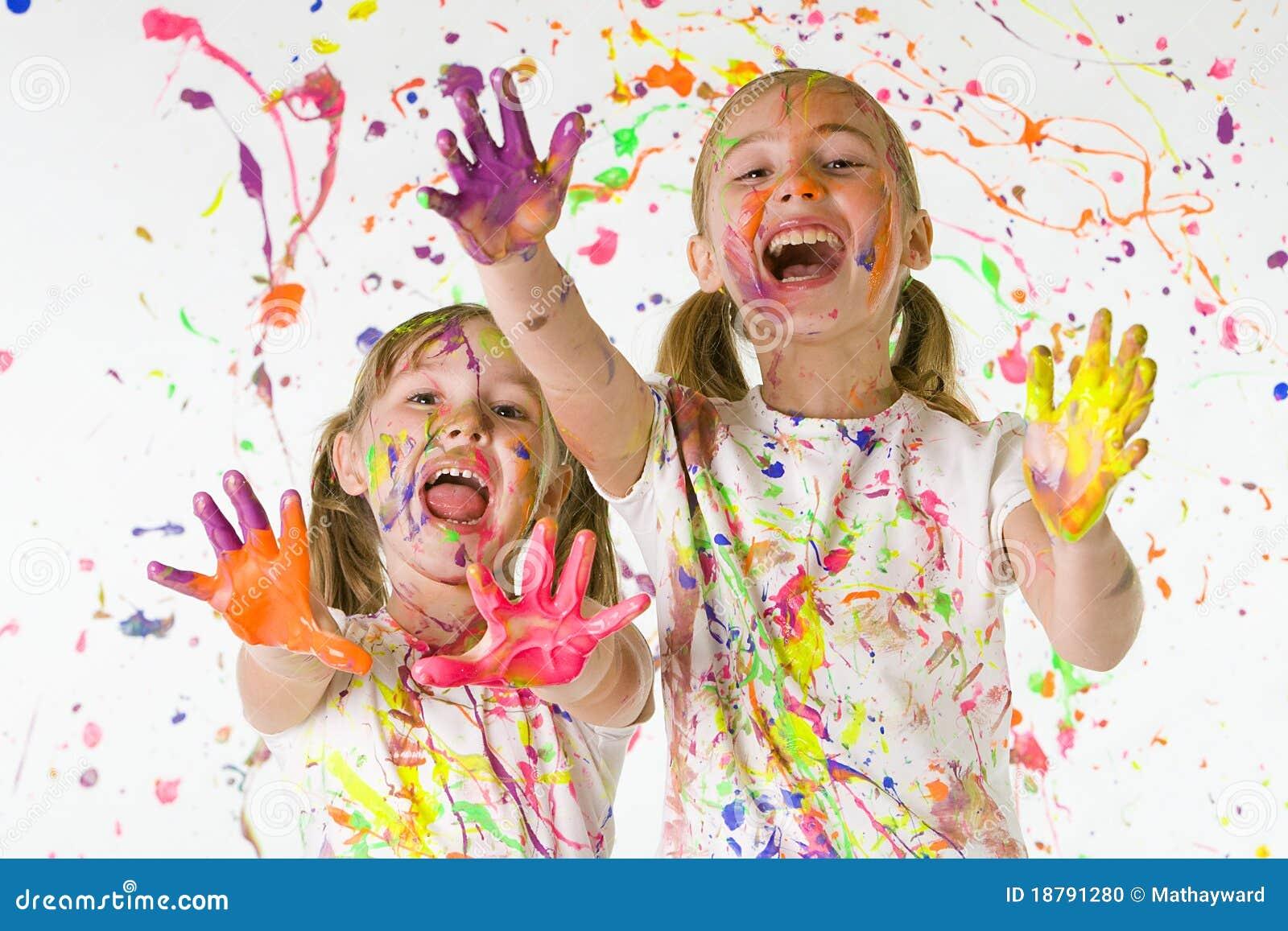 Ungar målar att leka