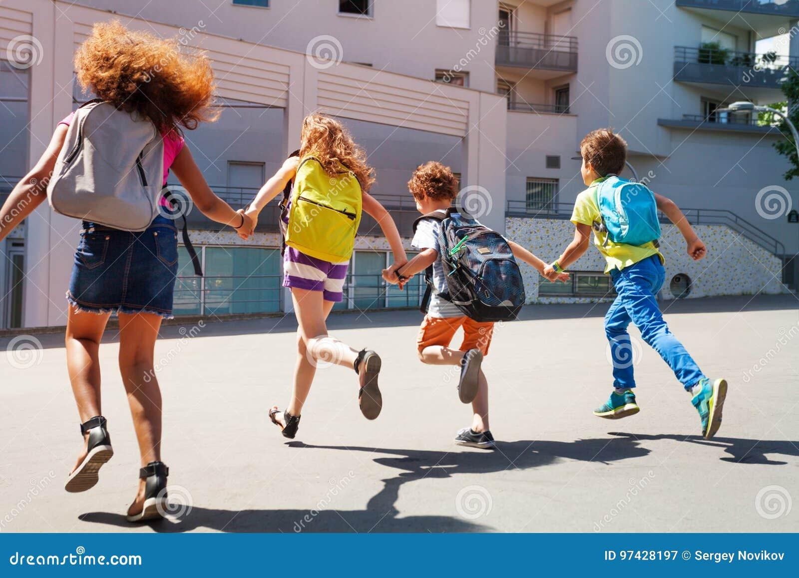 Ungar med ryggsäckkörning till skolan
