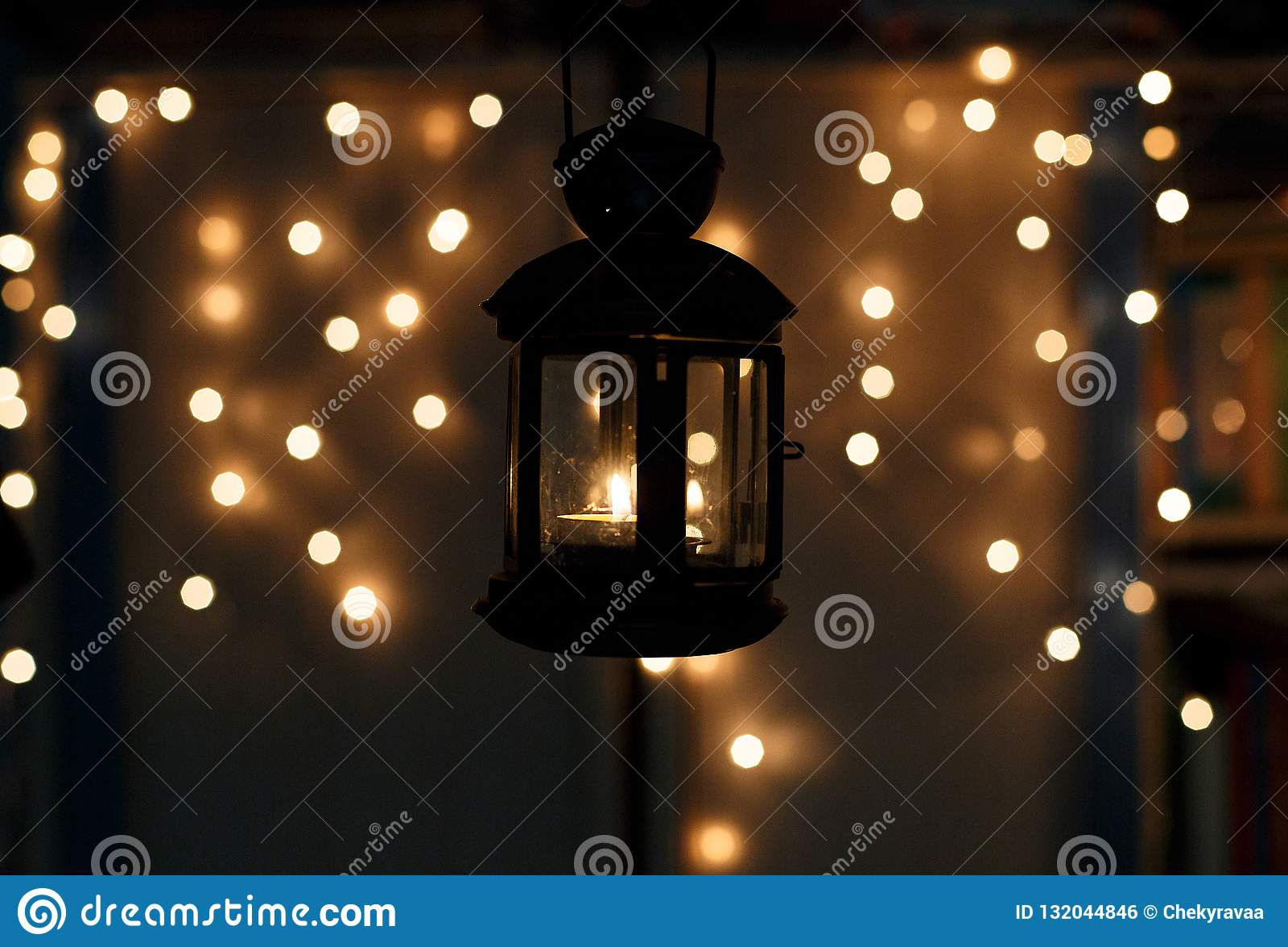 Ungar rymmer jullyktan i händer på ljusbokehbakgrund r