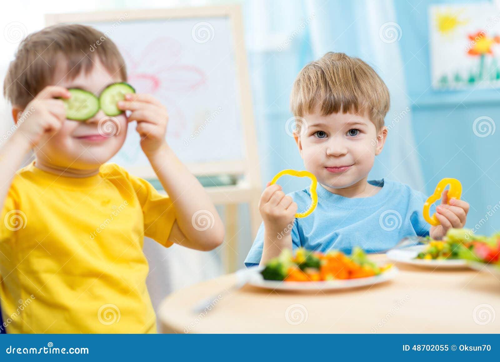 Ungar som äter i dagis