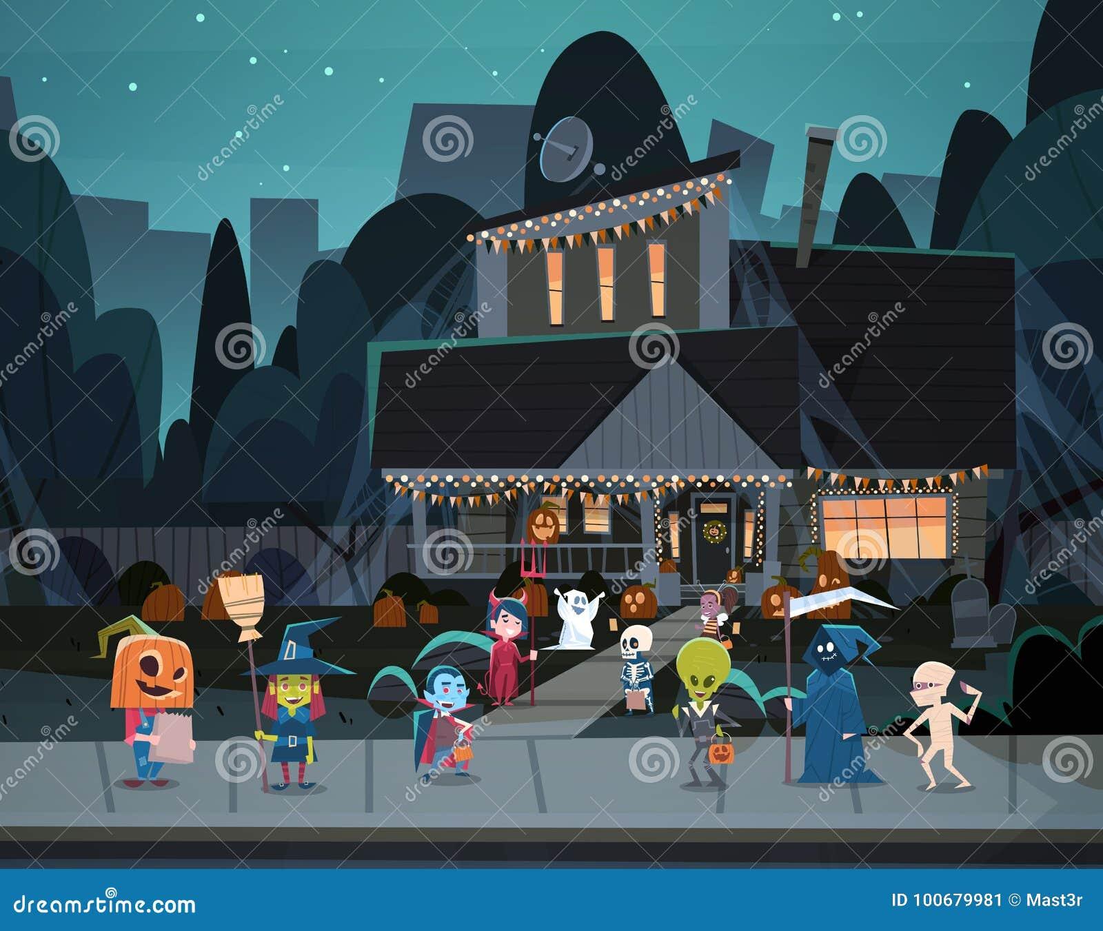 Ungar som bär monsterdräkter som går i stadtrick eller för allhelgonaaftonbaner för fest lyckligt begrepp för ferie