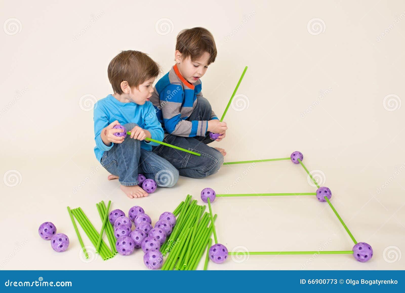 Ungar som bygger ett fort och dela
