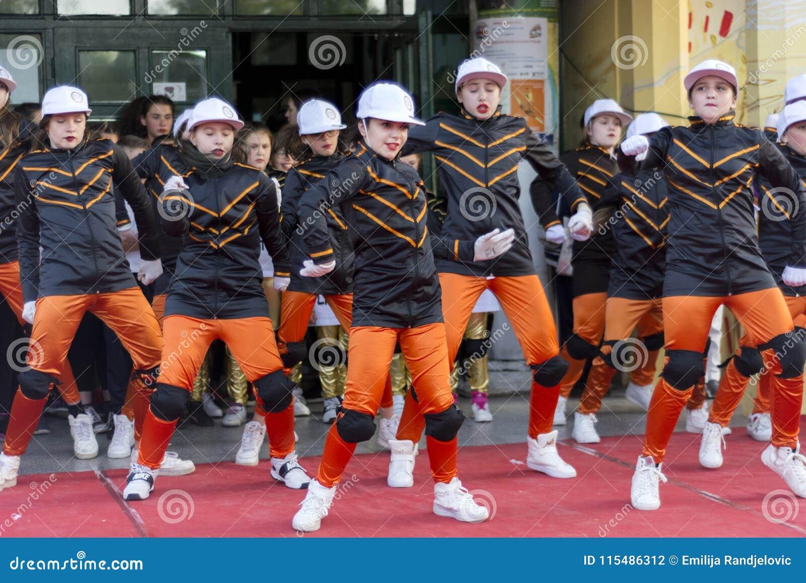 Ungar som dansar på den offentliga etappen för världsdag av dansberöm