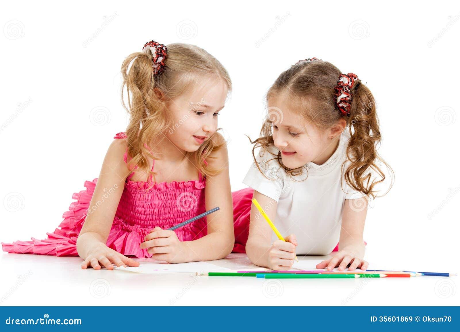 Ungar som drar med färg, ritar tillsammans