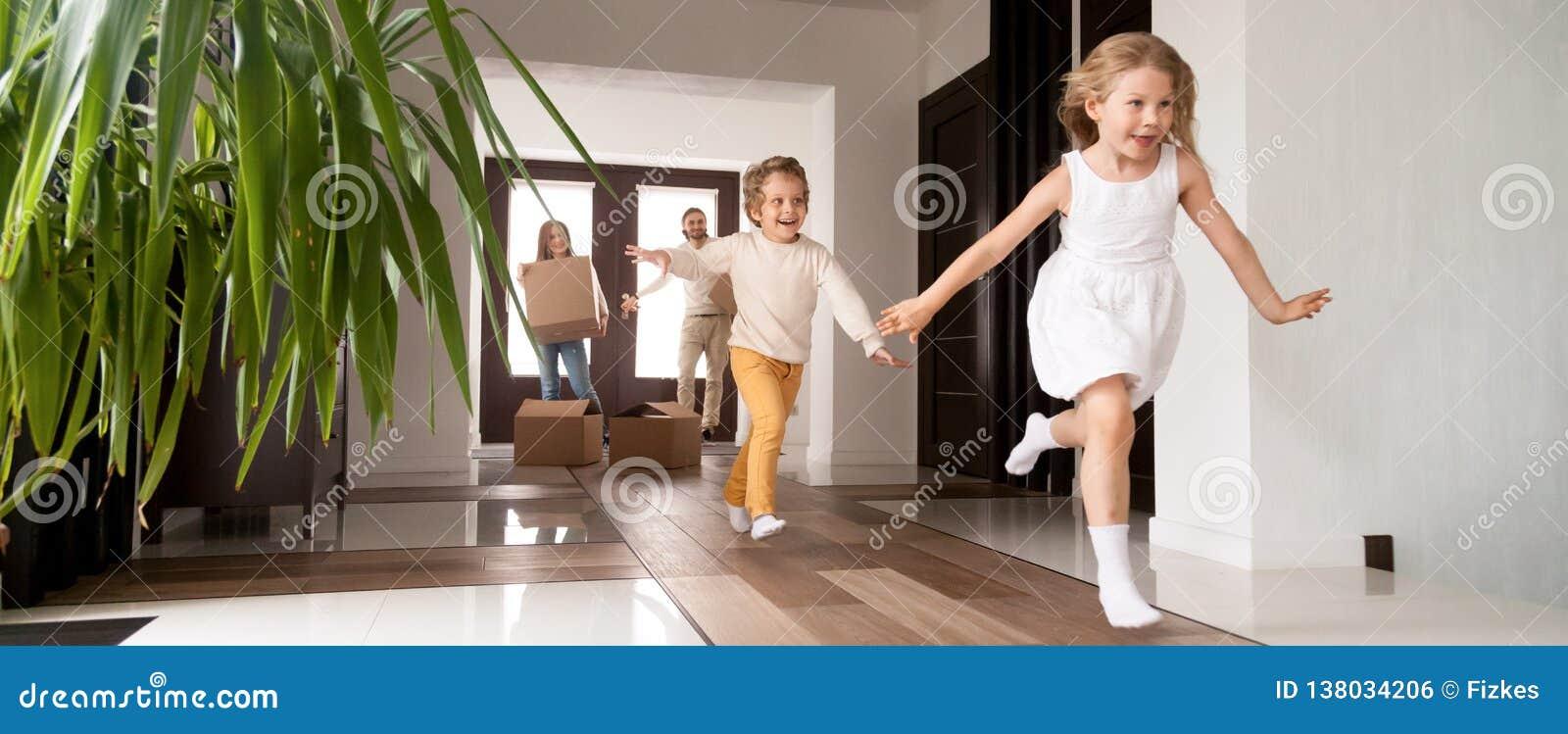 Ungar som kör in i föräldrar för nytt hus med askar på bakgrund