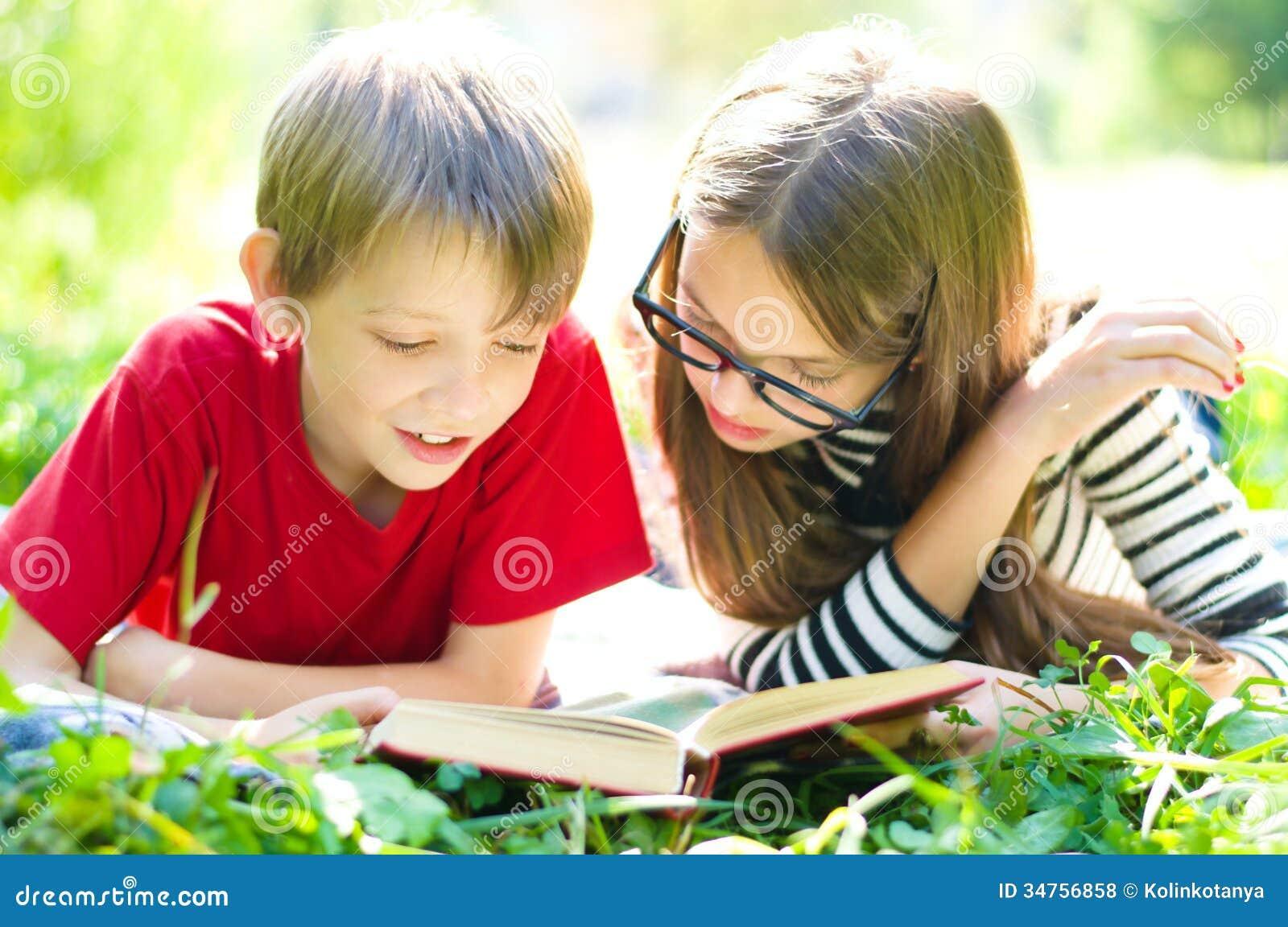 Ungar som läser en bok
