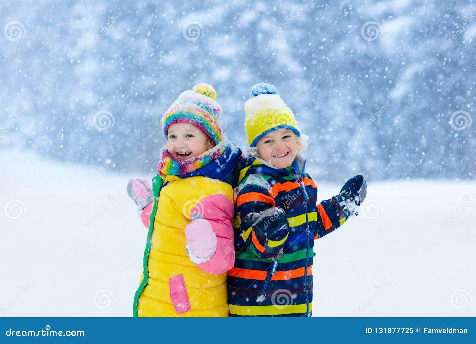 Ungar som leker snow Barnlek i vinter