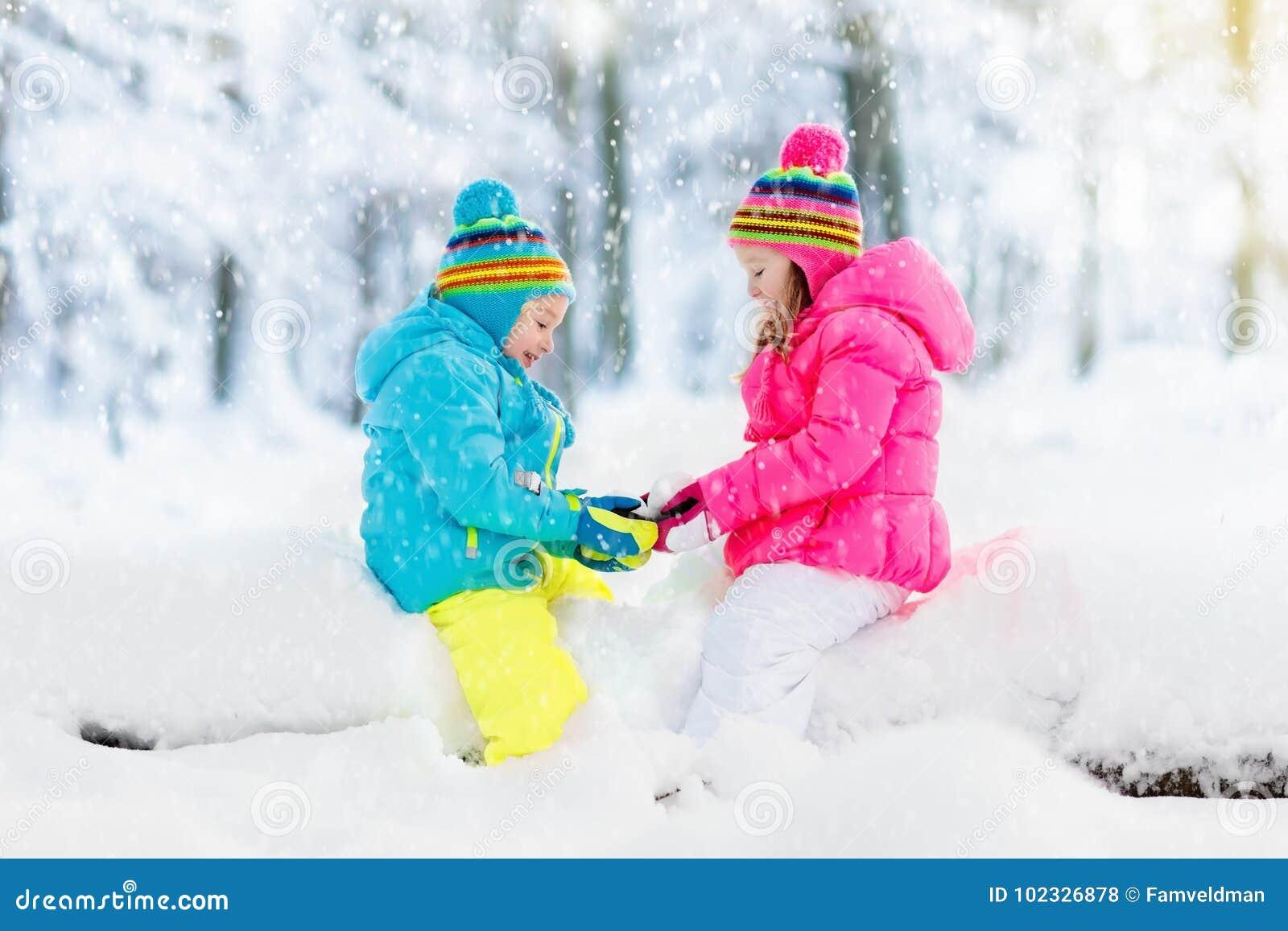 Ungar som leker snow Barnlek utomhus i vintersnöfall
