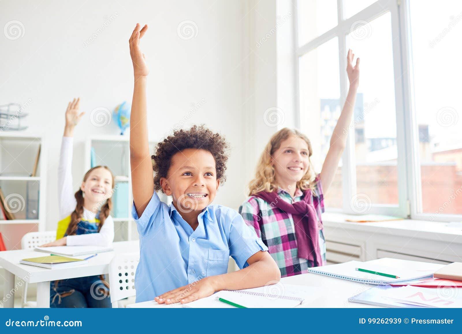 Ungar som lyfter händer