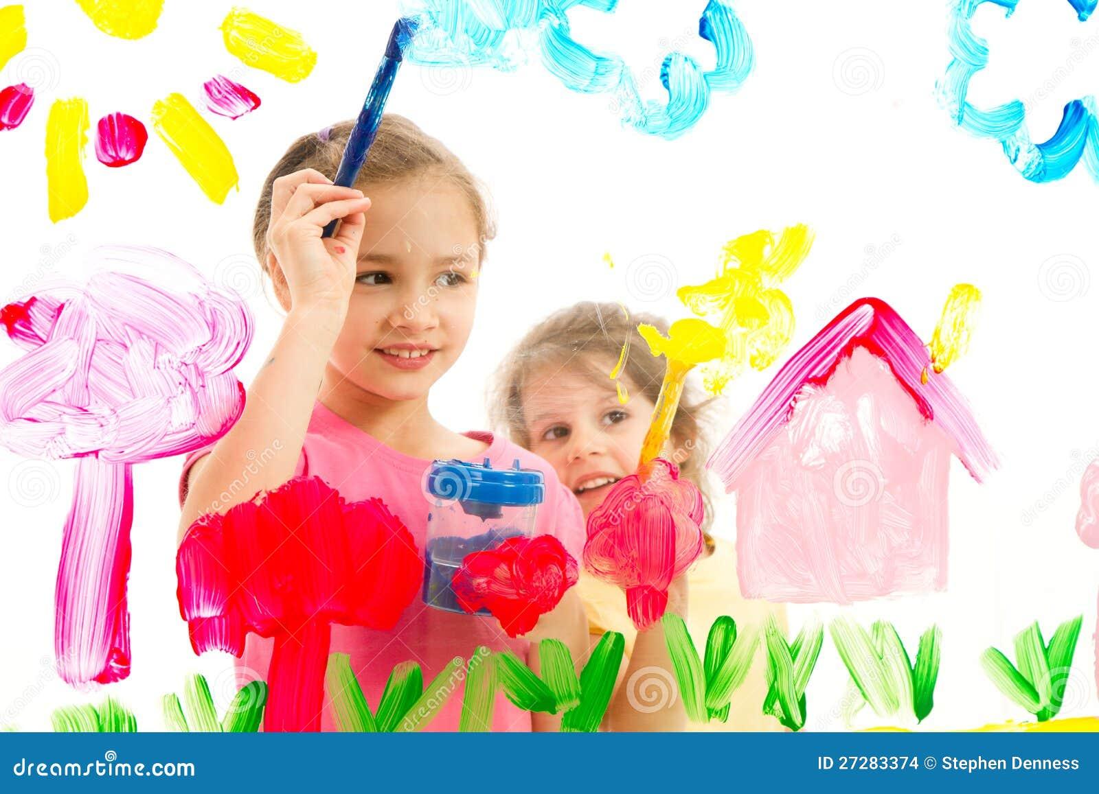 Ungar som målar bilden på exponeringsglas
