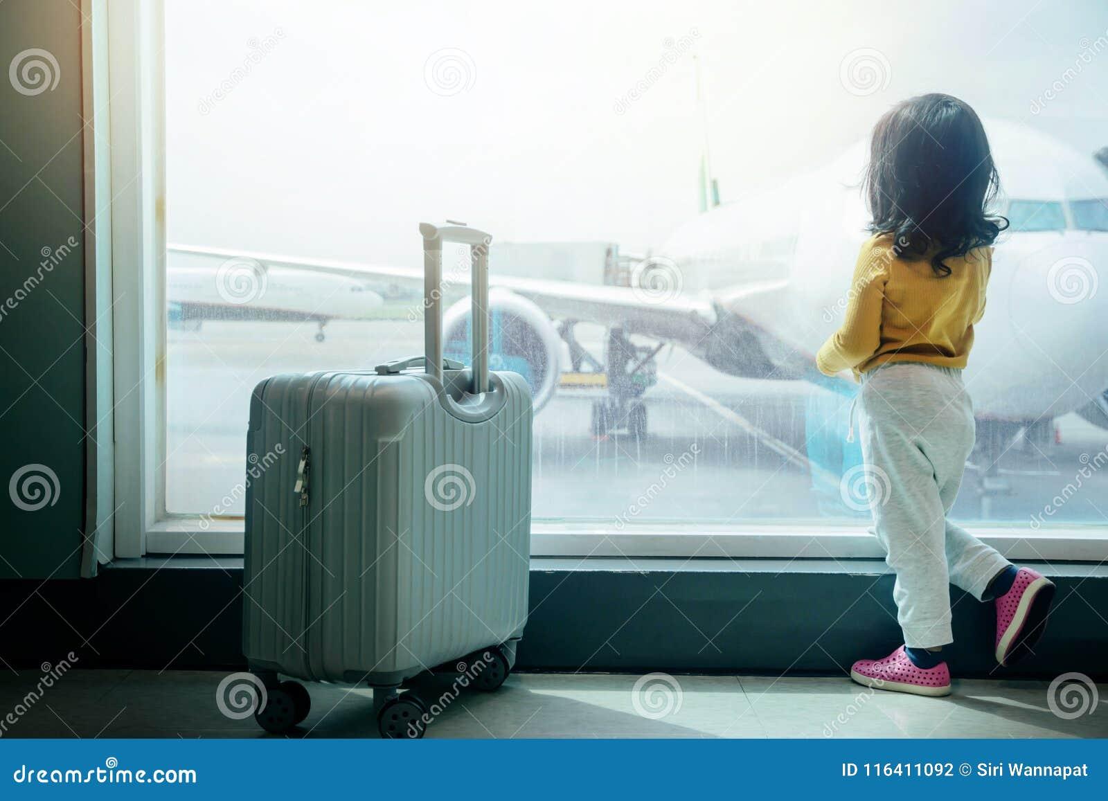 Ungar som reser begrepp Bak av vänta för två år gammalt flicka