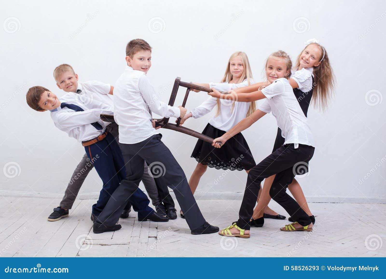 Ungar som spelar bogserbåten av stol - för flickor pojkar kontra