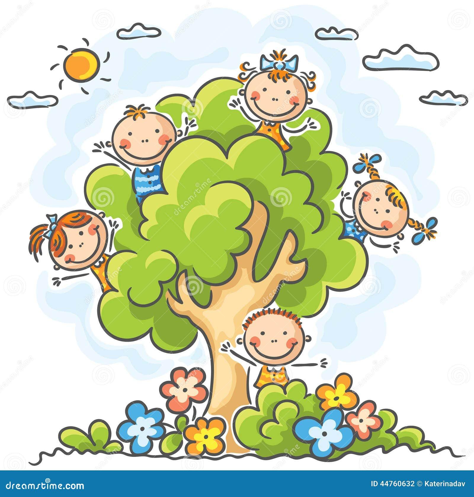 Ungar som spelar i trädet