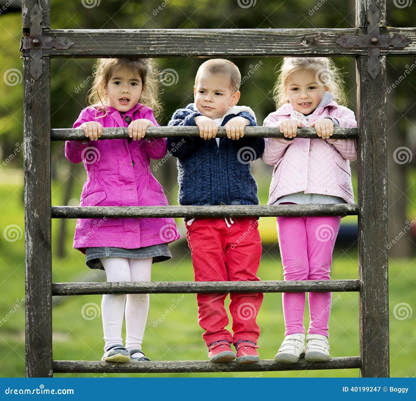Ungar som spelar på lekplatsen