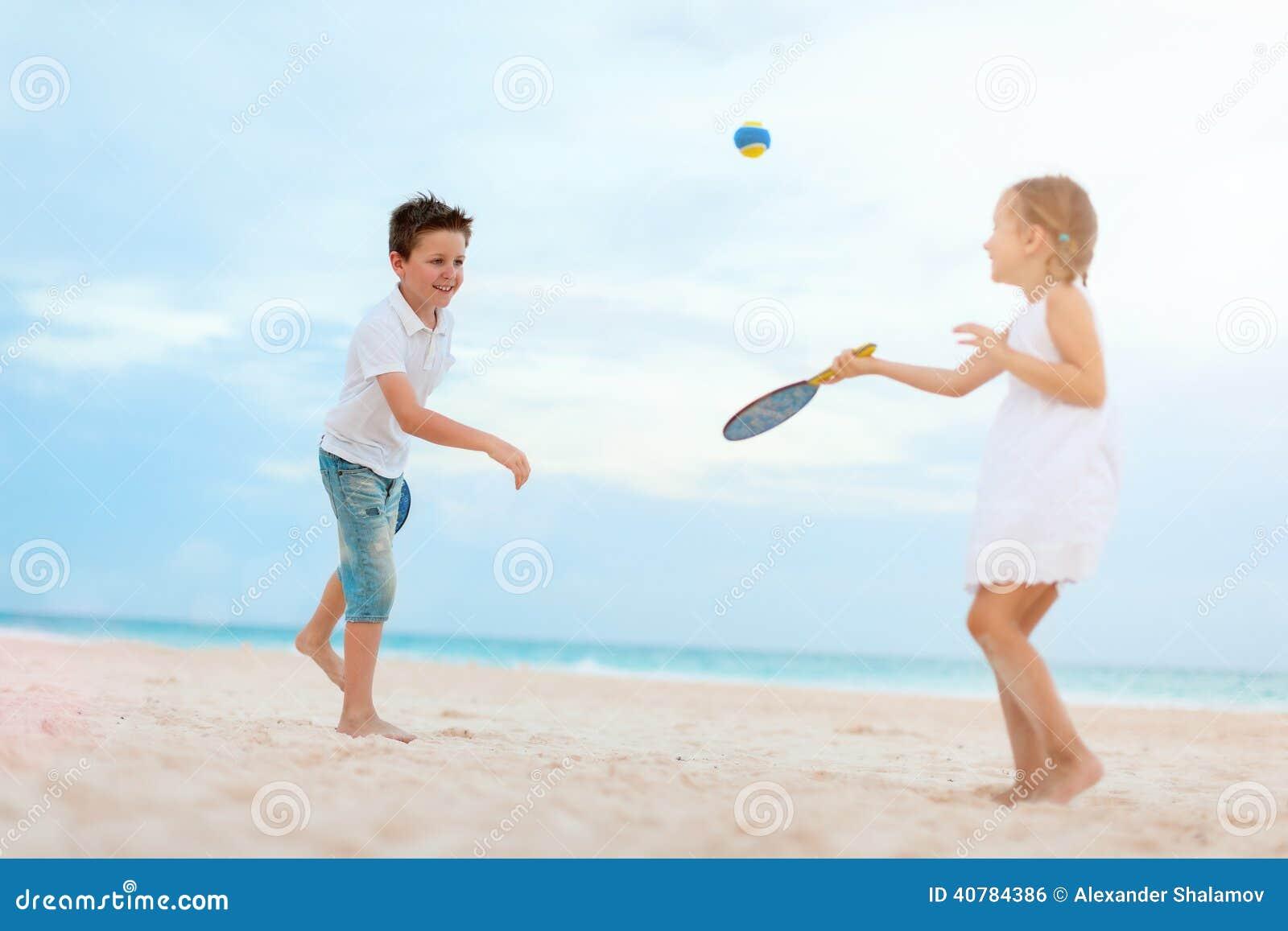 Ungar som spelar strandtennis