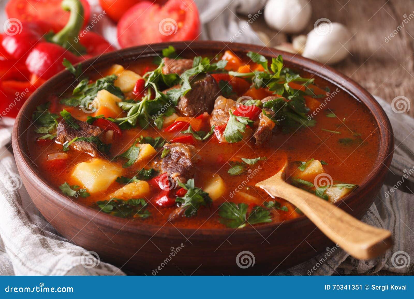 Ungarische gulaschsuppe bograch nahaufnahme horizontal for Ungarische gulaschsuppe
