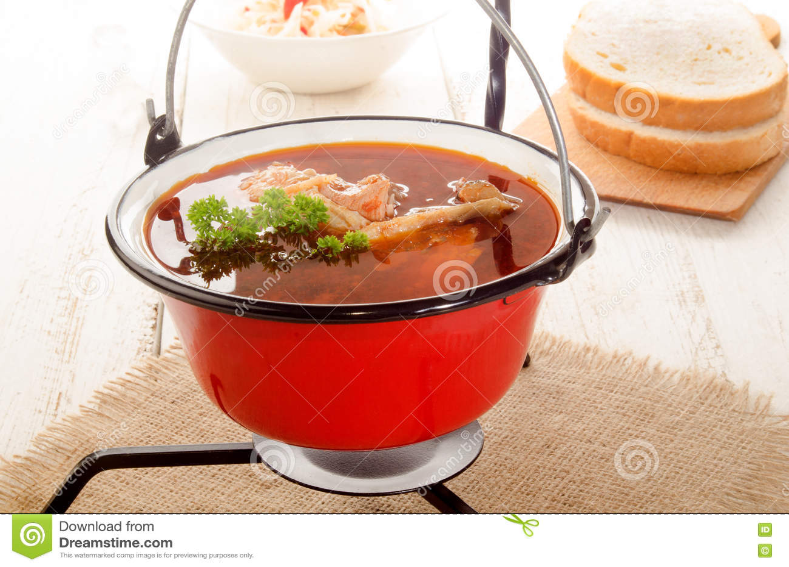 ungarische karpfensuppe in einem kessel und in einem