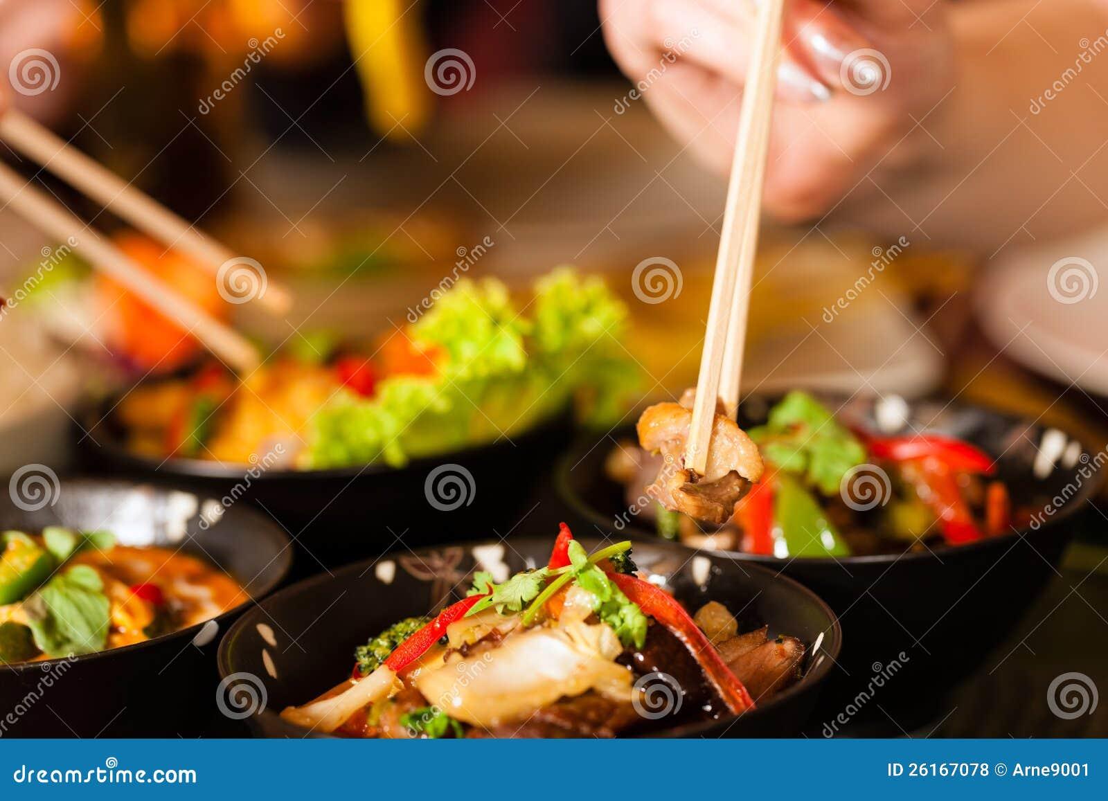 Ungdomar som äter i thailändsk restaurang