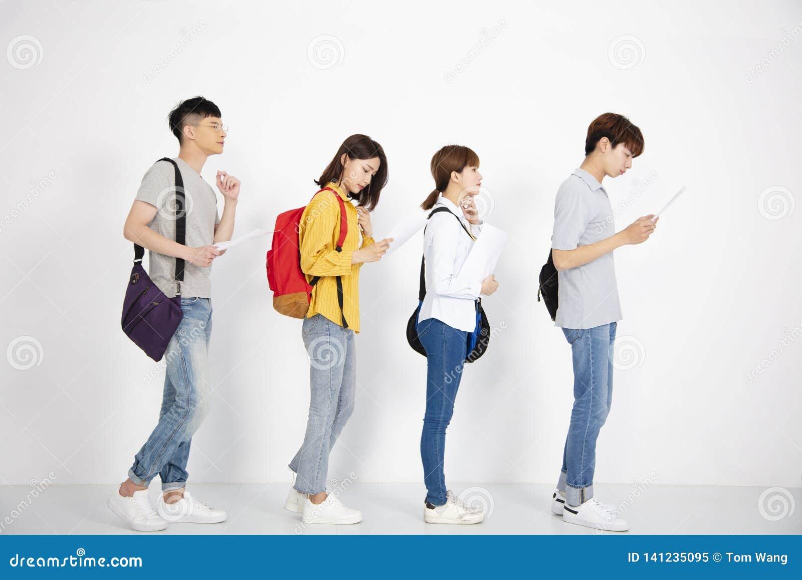 Ungdomarsom söker efter jobb med meritförteckningar