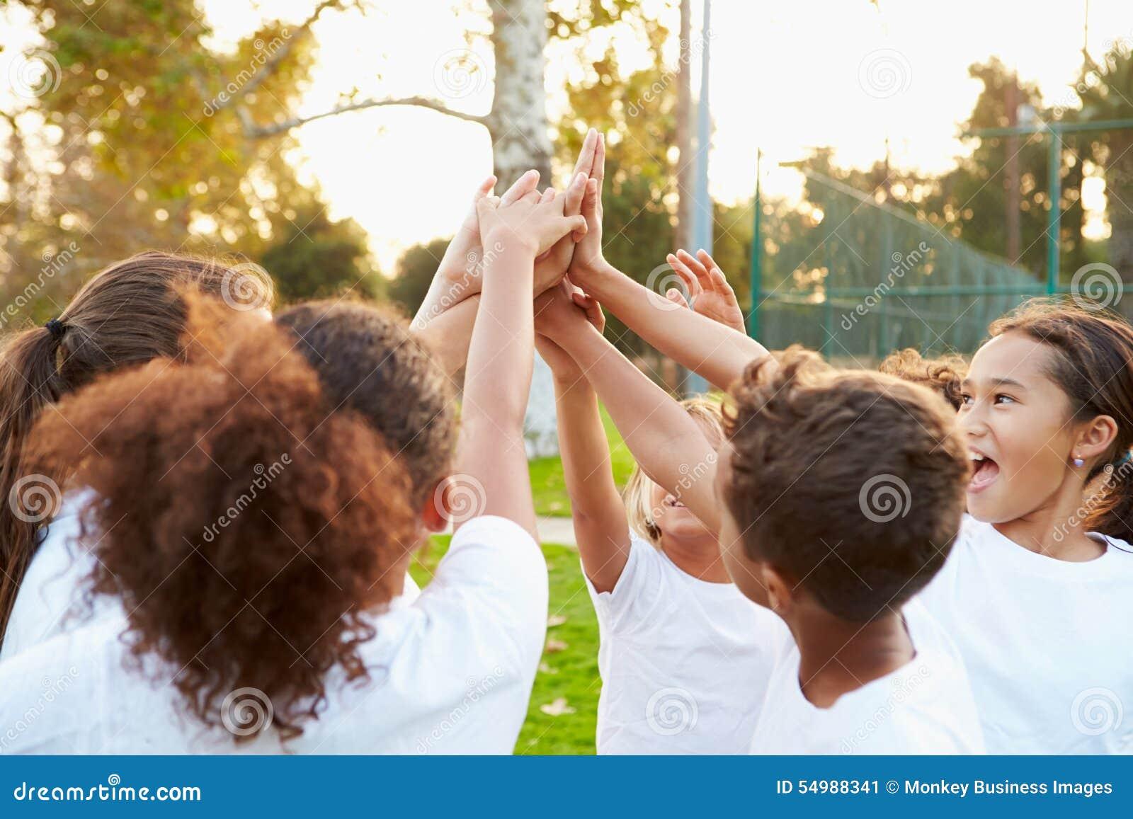 Ungdomfotboll Team Training Together
