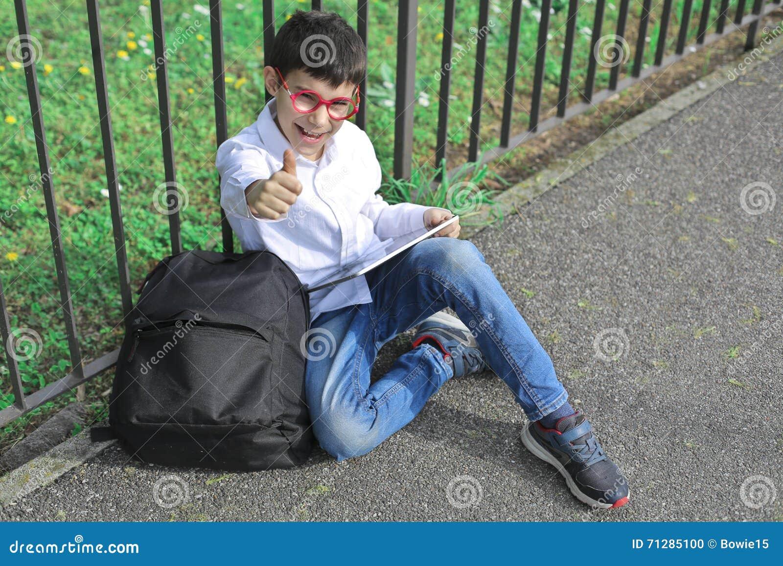Unge med tableten