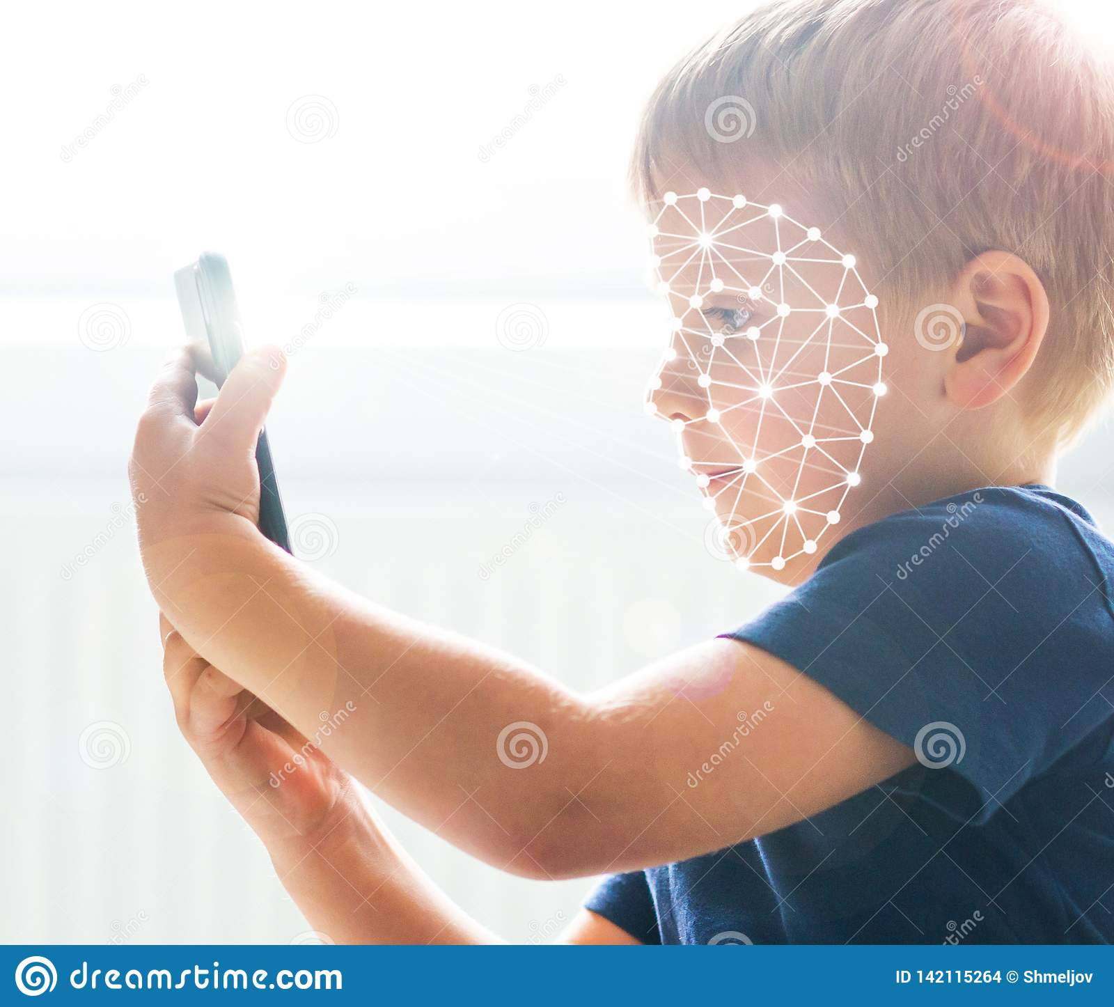 Unge som använder framsidaID-erkännande Pojke med en smartphonegrej Digital infött barnbegrepp