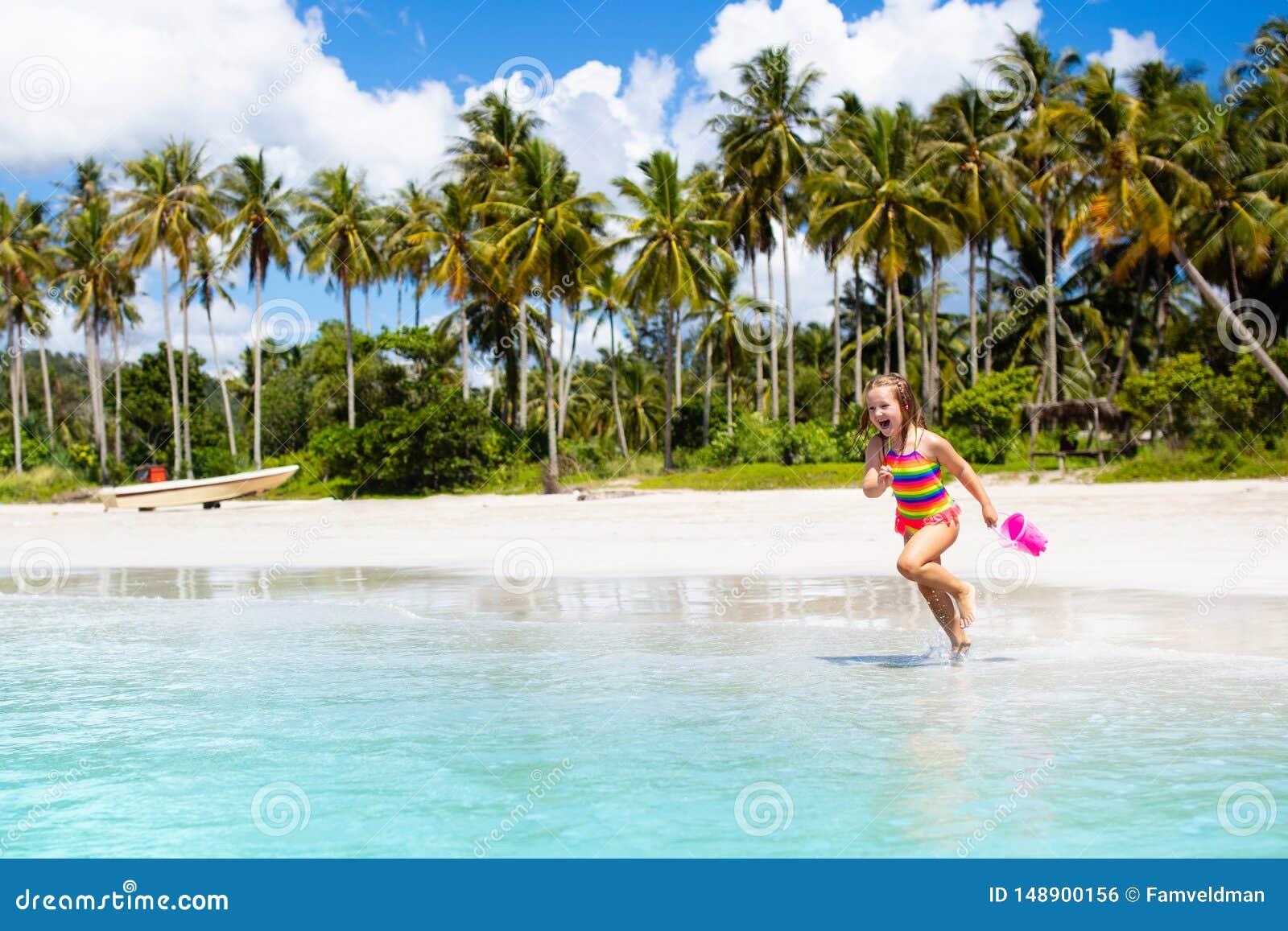 Ungelek p? den tropiska stranden Sand- och vattenleksak