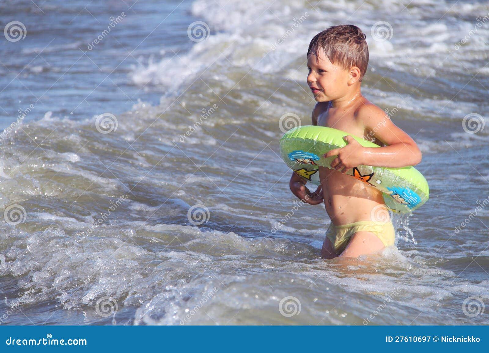 Ungen på stranden