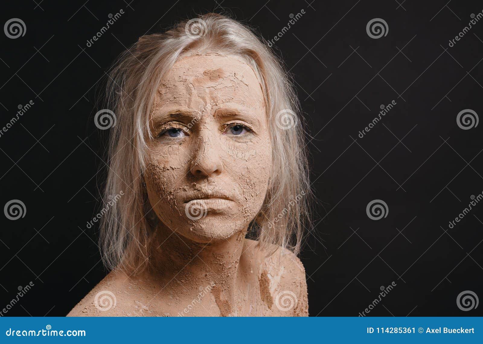 Ungepflegte Frau Bedeckt Im Trockenen Gebrochenen Schlamm