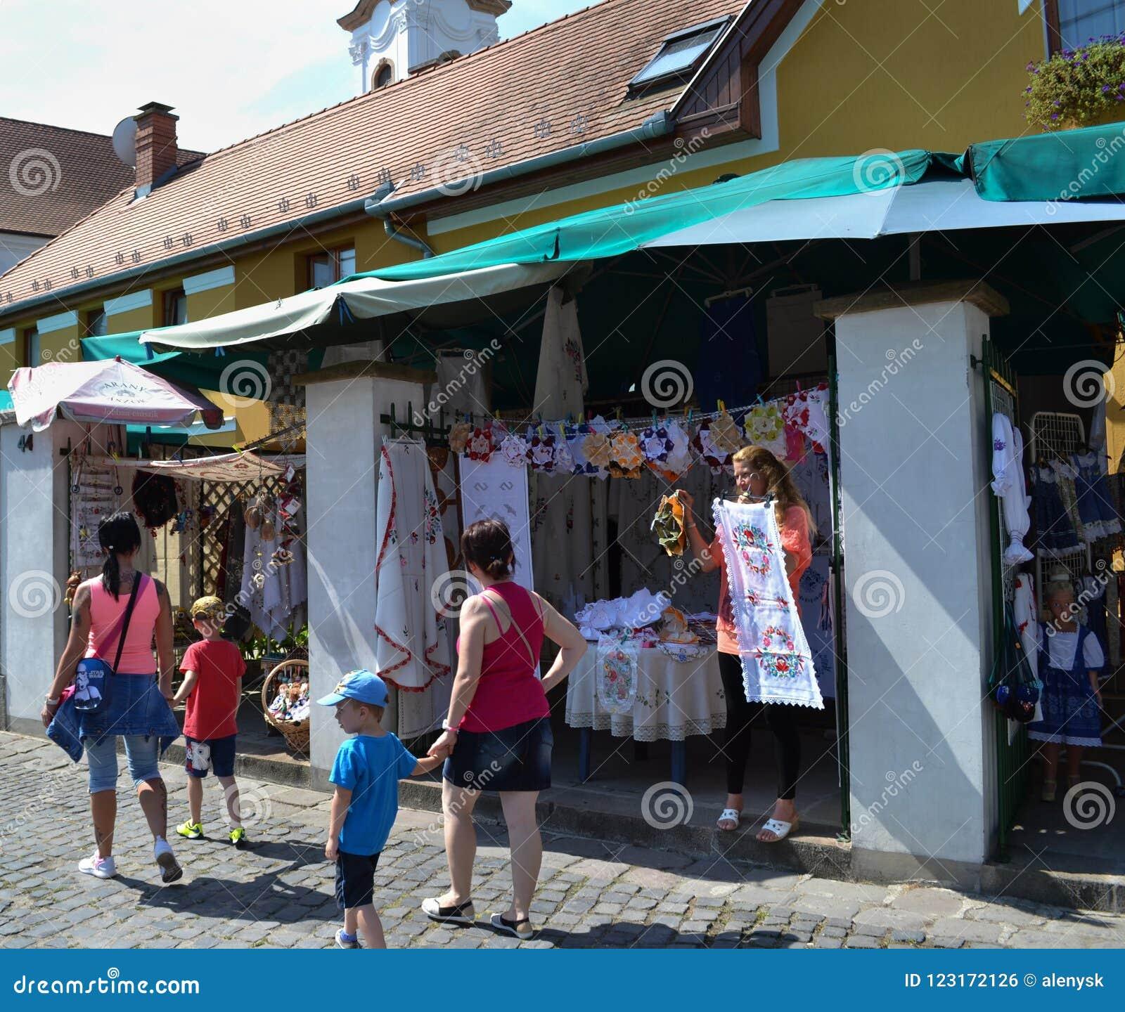UNGERN SZENTENDRE-gatasikt Turister som går nära souvenir, shoppar