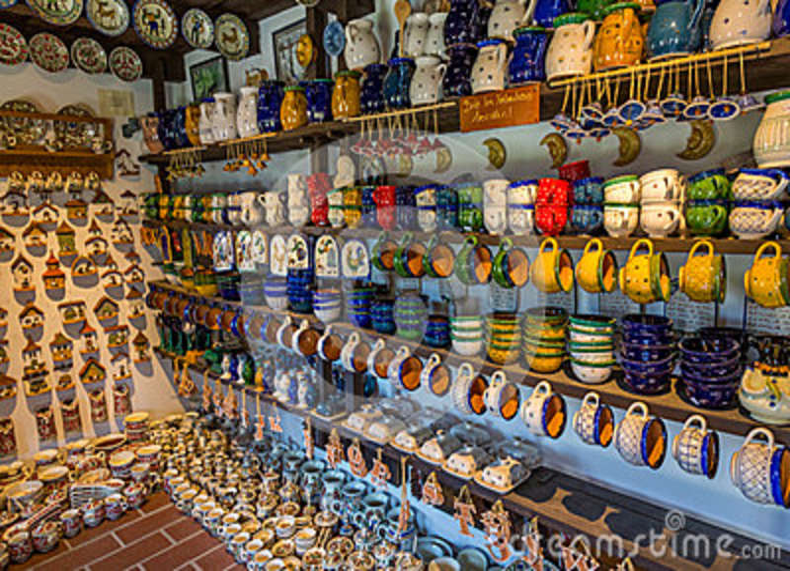 Ungersk handgjord keramik i byn Gyenesdias