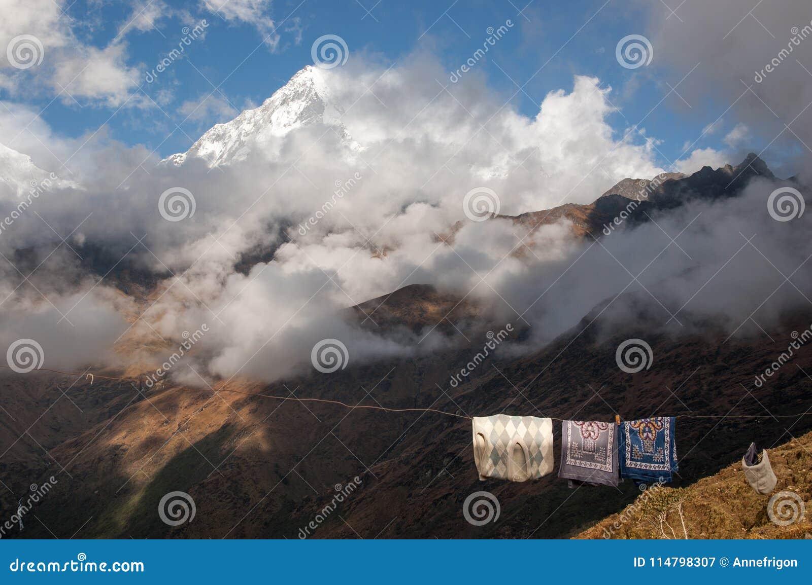 Ungewöhnliche Nebeneinanderstellung - Trocknen der Wäscherei und der Himalajaspitzen mit