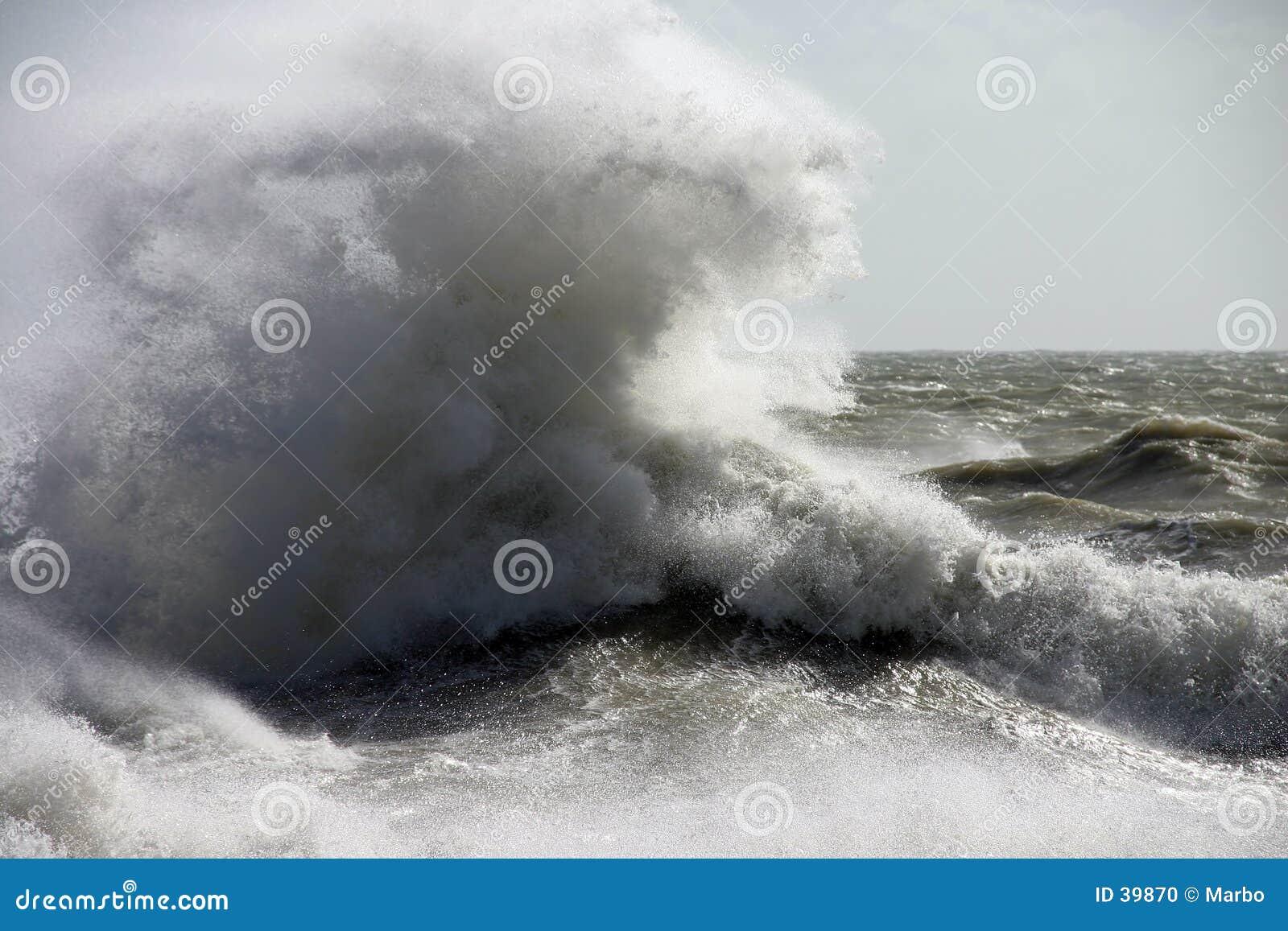 Download Ungewöhnliche Welle stockfoto. Bild von brechen, schaumgummi - 39870