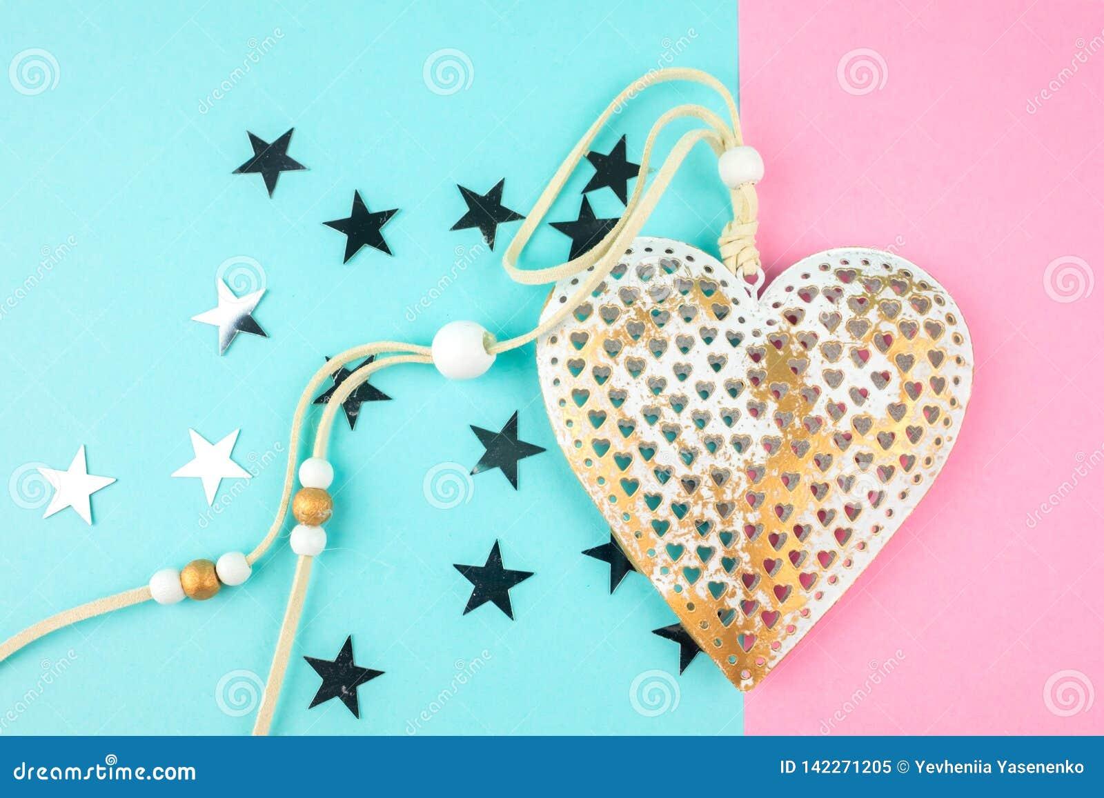 Ungewöhnliches dekoratives Metallherz auf einem blau-rosa Hintergrund