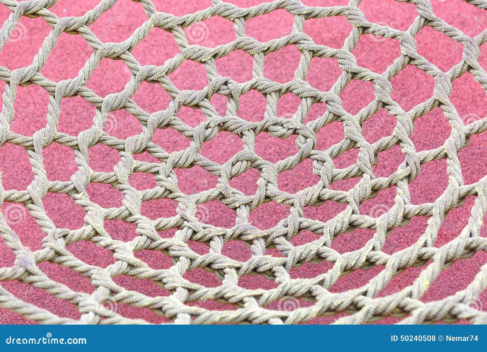 Ungewöhnliches gelbes Seil geknotet im Park und im Schutznetz