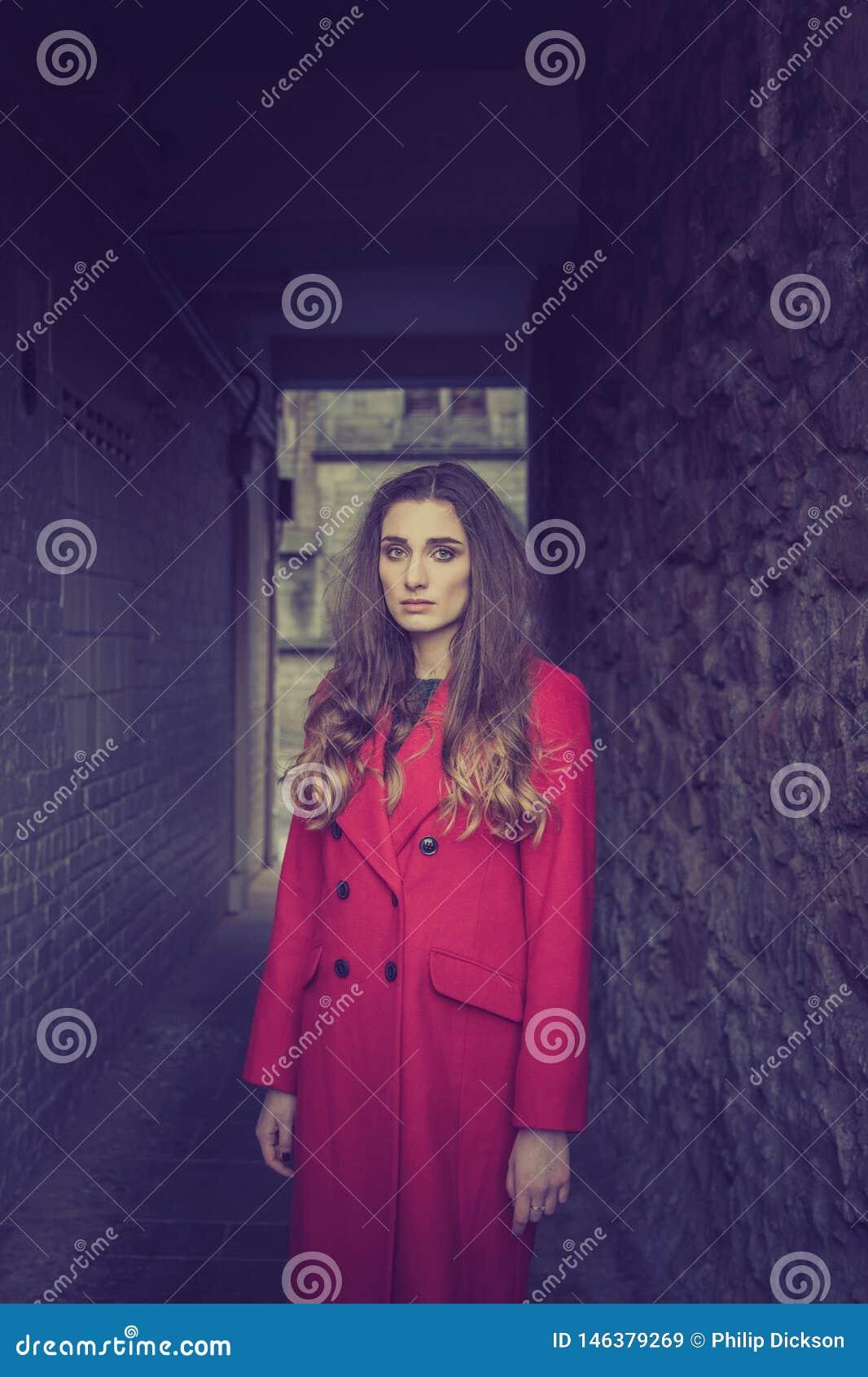 Unglückliche schauende Frau in einem dunklen Tunnel