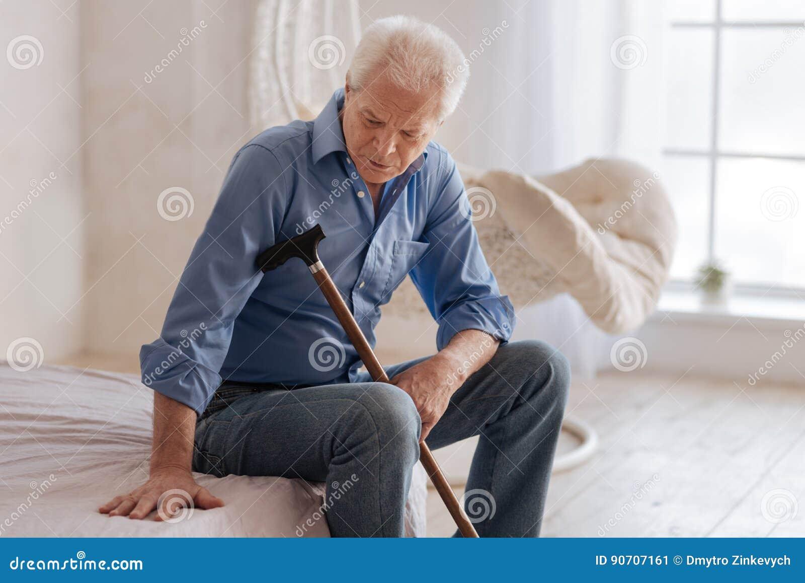 Unglücklicher gealterter Mann, der allein ist