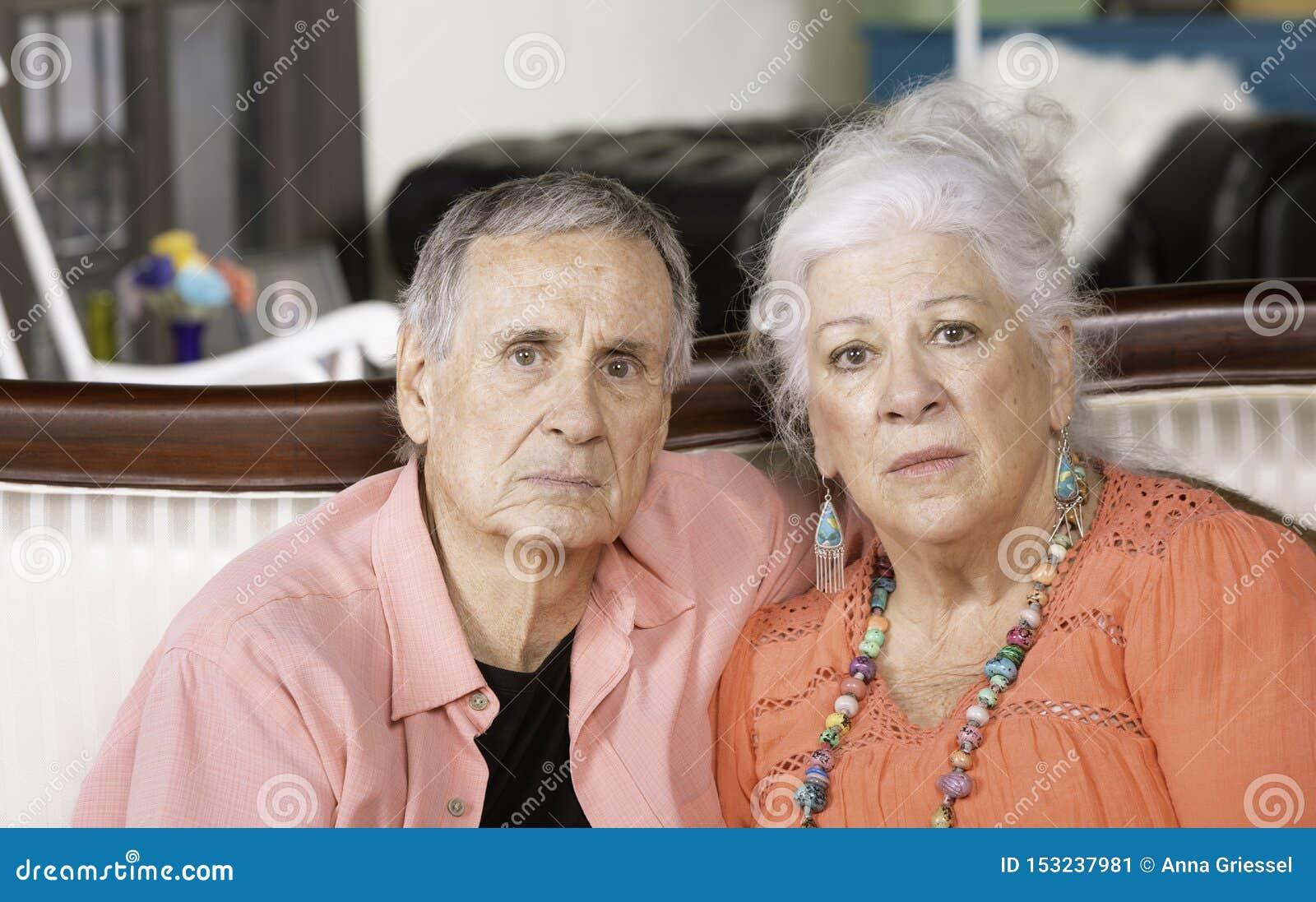 Unglücklicher Oder Umgekippter älterer Mann Und Frau