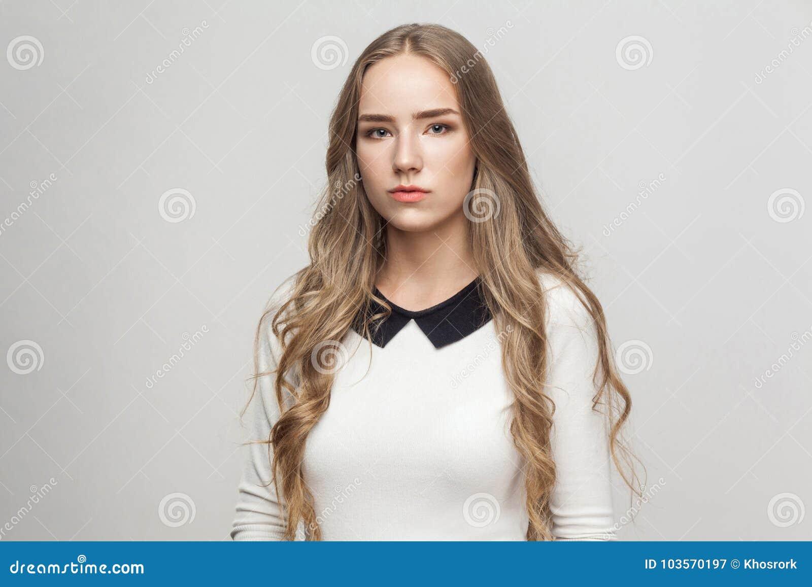 Unglückliches langhaariges schönes Mädchen des Porträts
