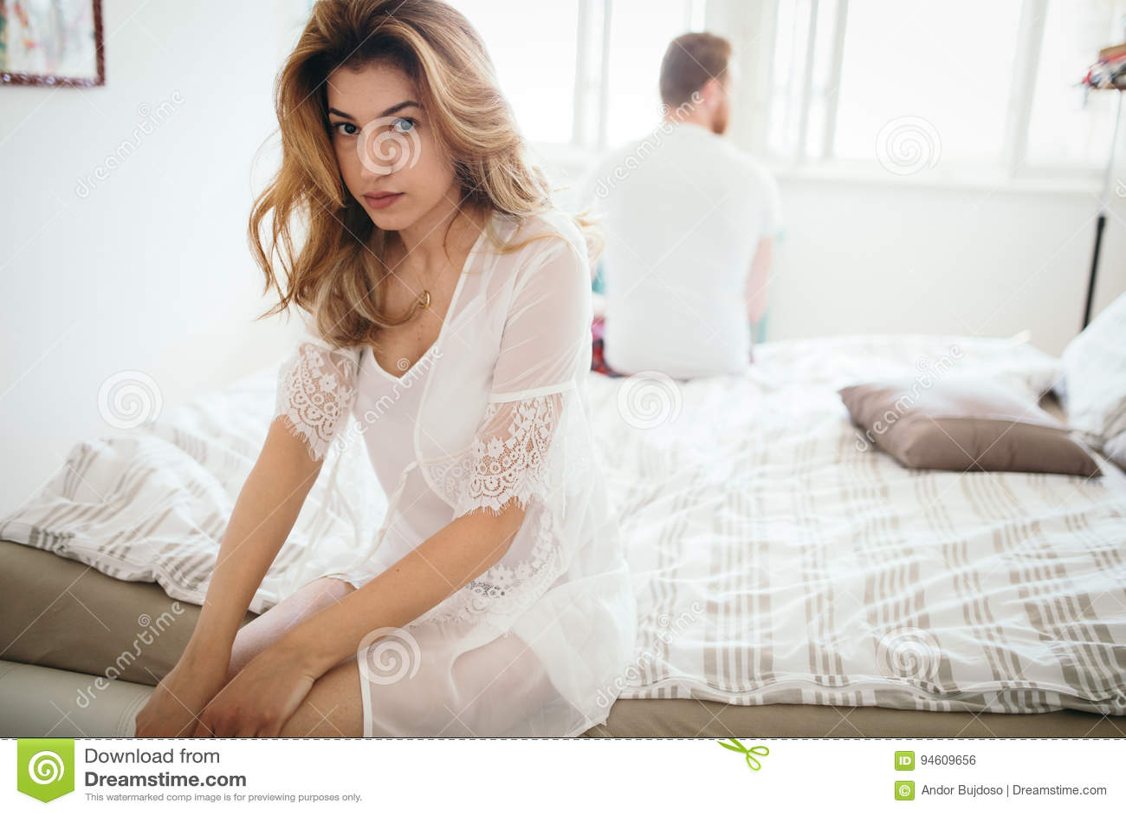 Unglückliches verheiratetes Paar auf der Kante der Scheidung wegen der Machtlosigkeit
