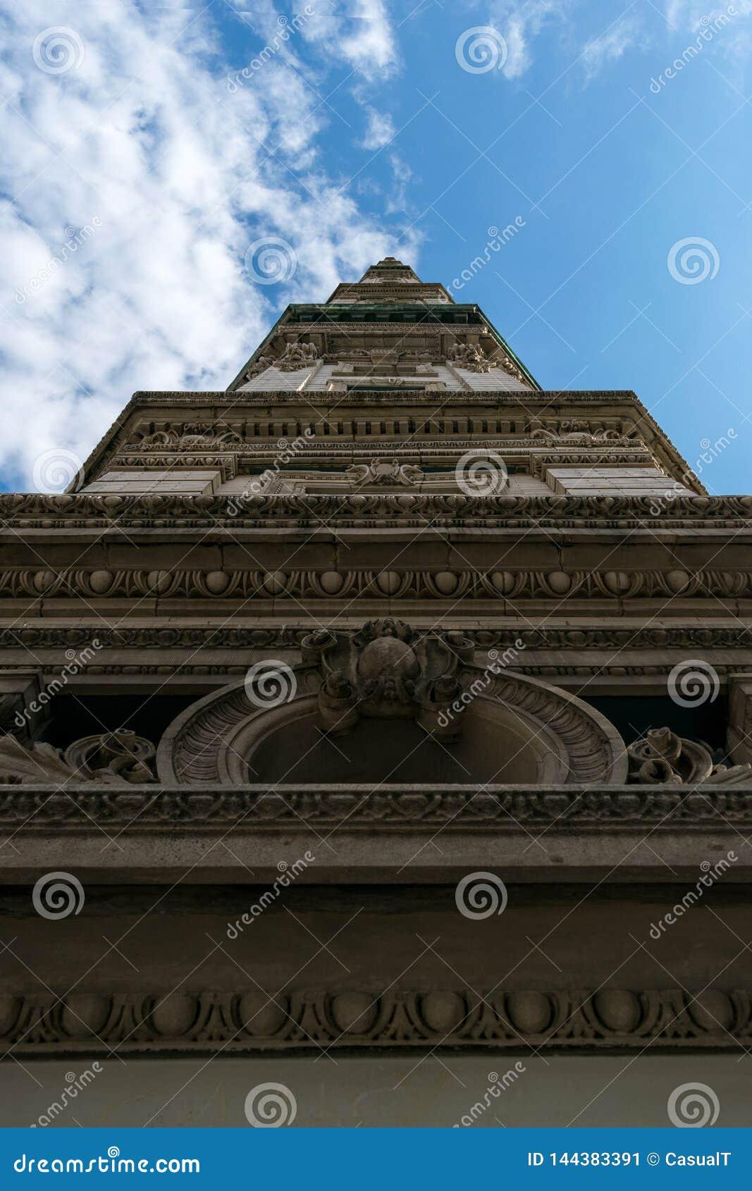 Unglaublich hohes Gebäude in im Stadtzentrum gelegenem Manhattan, erreichend in den blauen Himmel an einem schönen sonnigen Tag,