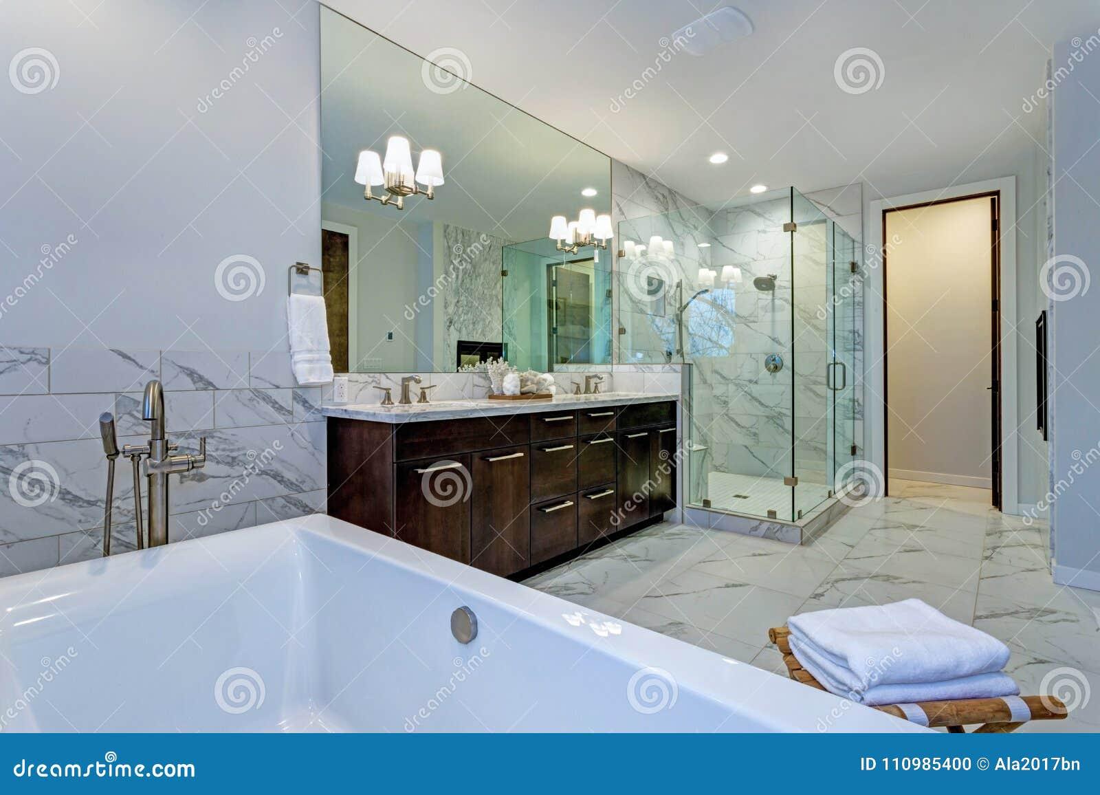 Unglaubliches Marmorbadezimmer mit Kamin