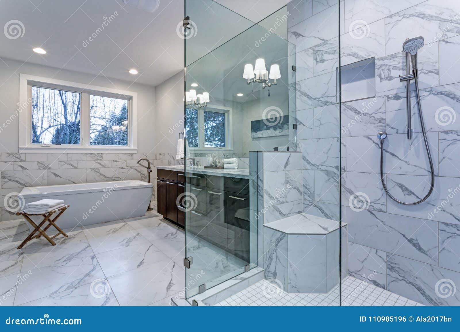 Unglaubliches Vorlagenbadezimmer mit Carrara-Marmorflieseneinfassung