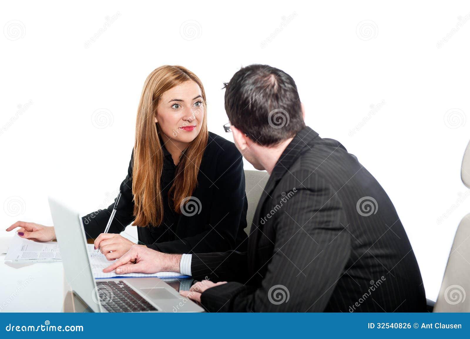 Ungt affärsfolk som tillsammans arbetar på bärbara datorn