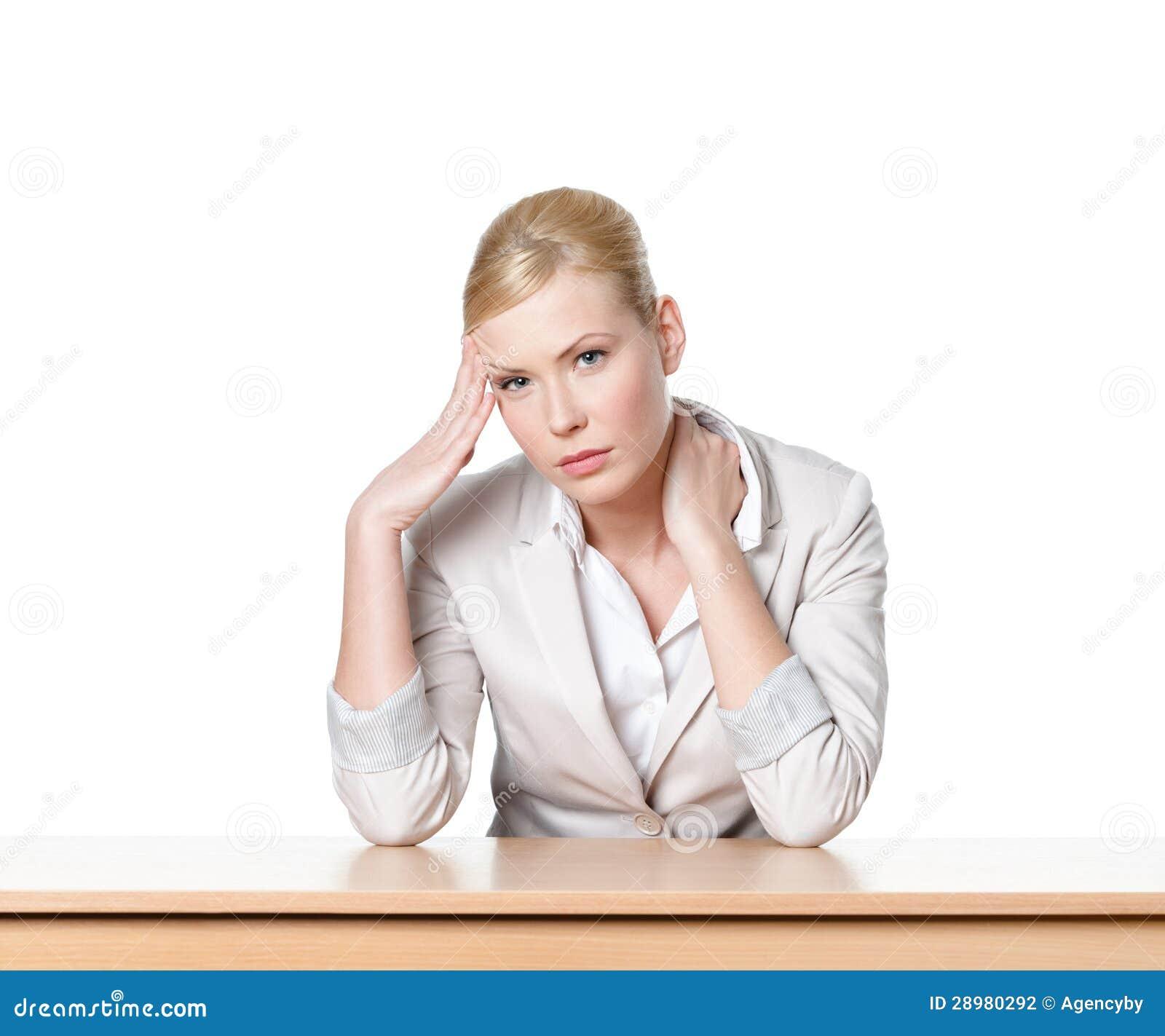 Ungt affärskvinnasammanträde på ett kontorsskrivbord