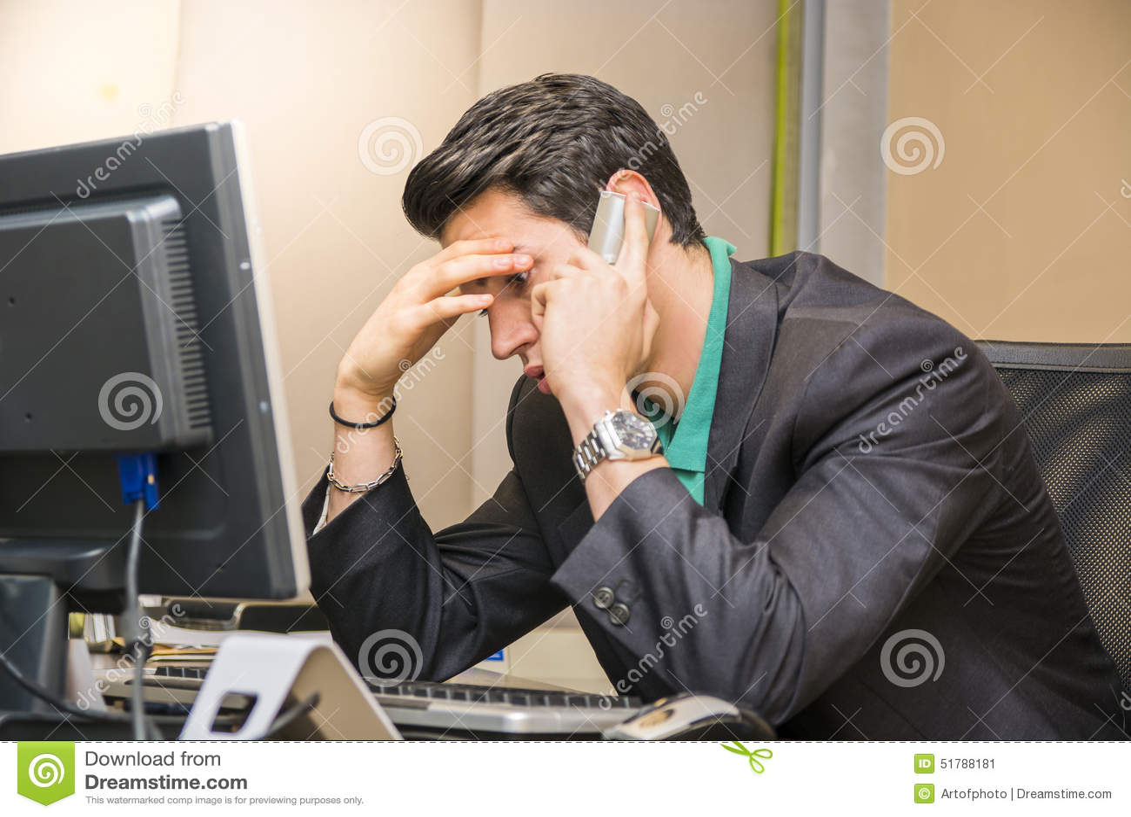 Ungt affärsmansammanträde på skrivbordet i regeringsställning som är upptaget på telefonen