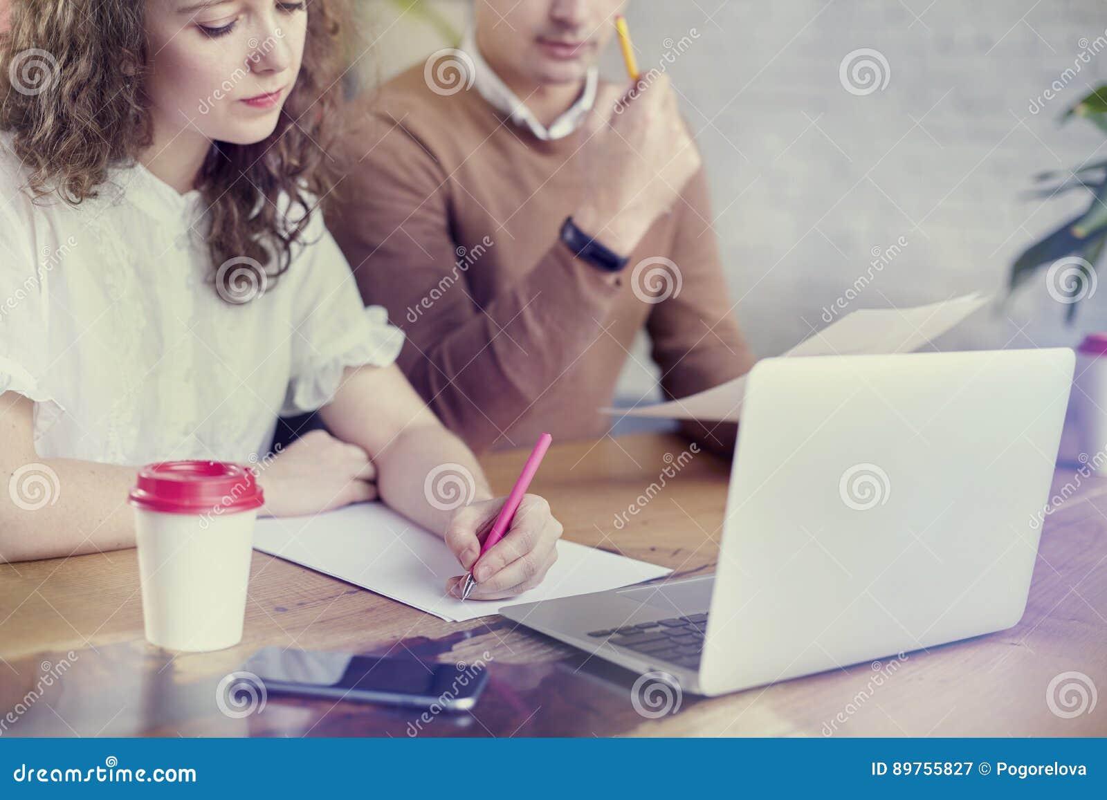 Ungt affärspartnerfolk som tillsammans arbetar och att diskutera idérik idé i regeringsställning Genom att använda den moderna bä