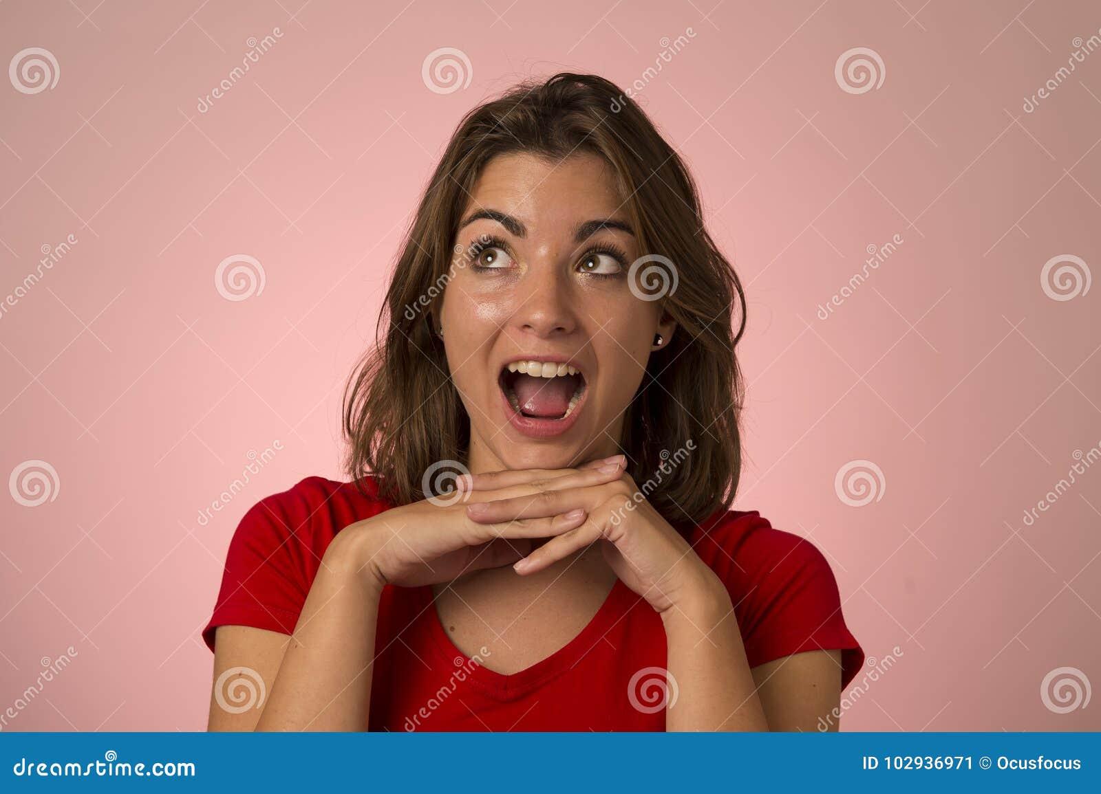 Ungt attraktivt och härligt le för kvinna som är upphetsat och som är lyckligt i trevlig chock- och överraskningvisningrealitet o
